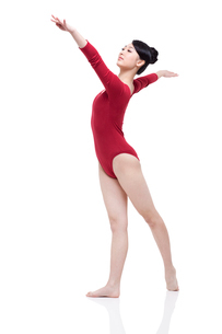 Female gymnast performing rhythmic gymnasticsの写真素材 [FYI02211281]