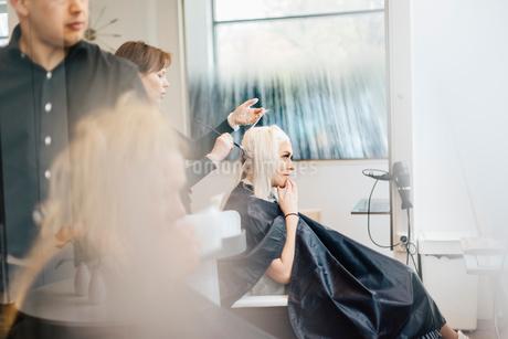 Hairdresser coloring clients hair in Swedenの写真素材 [FYI02211308]