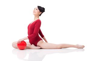 Female rhythmic gymnast performing with ballの写真素材 [FYI02211319]