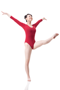 Female gymnast performing rhythmic gymnasticsの写真素材 [FYI02211325]