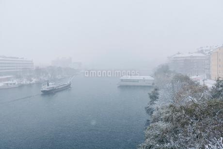 Snow over river in Hornstull, Swedenの写真素材 [FYI02211332]