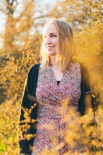 Portrait of young woman in bush in Blekinge, Swedenの写真素材 [FYI02211340]