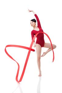 Female gymnast performing rhythmic gymnastics with ribbonの写真素材 [FYI02211341]