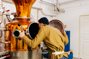 Worker at gin distillery in Swedenの写真素材 [FYI02211352]