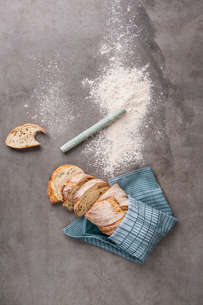 A loaf of bread and flourの写真素材 [FYI02211355]
