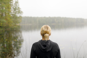 Blonde woman by lake in Ostergotland County, Swedenの写真素材 [FYI02211394]