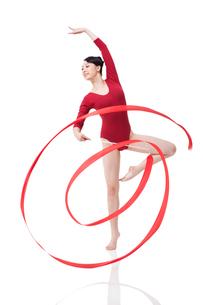 Female gymnast performing rhythmic gymnastics with ribbonの写真素材 [FYI02211395]