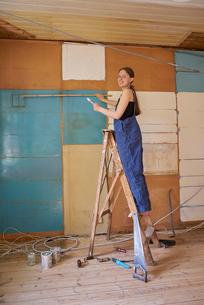 Sweden, Woman renovating roomの写真素材 [FYI02211401]