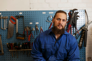 Mechanic posing in a workshop in Swedenの写真素材 [FYI02211405]