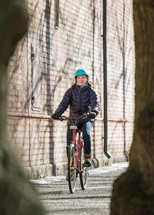 Mid adult woman riding a bicycle in Lahti, Finlandの写真素材 [FYI02211416]