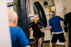 Senior woman training with a punching bagの写真素材 [FYI02211450]