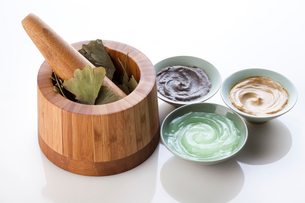 Facial care products with mortar-grinder and ginkgo leavesの写真素材 [FYI02211451]