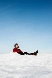 Man sitting in snow in Biludden, Swedenの写真素材 [FYI02211453]