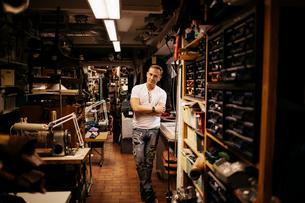Man in leather workshopの写真素材 [FYI02211465]