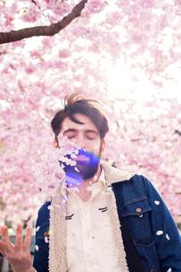 Young man throwing petals in Stockholm, Swedenの写真素材 [FYI02211476]