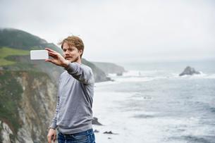 Man taking selfie at Big Sur in California, USAの写真素材 [FYI02211477]