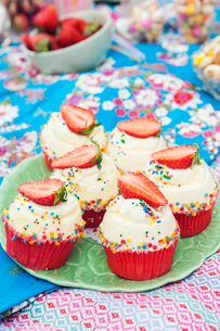 Strawberry cupcakes at birthday picnicの写真素材 [FYI02211482]