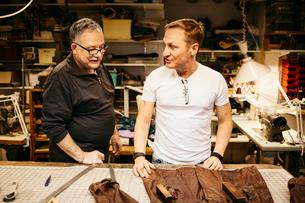Man in leather workshopの写真素材 [FYI02211546]