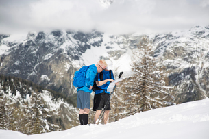 Men looking at a map during a hike up a mountain in Courmayeur, Italyの写真素材 [FYI02211548]