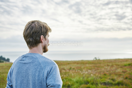 Mid adult man in field in California, USAの写真素材 [FYI02211555]