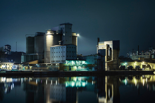 Silo and factory at night in Stockholm, Swedenの写真素材 [FYI02211560]