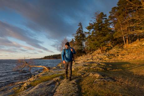 Man walking along coastline in Jarfalla, Swedenの写真素材 [FYI02211571]