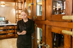 Baker on phone in bakery in Swedenの写真素材 [FYI02211581]
