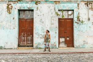 Man outside building in Guatemalaの写真素材 [FYI02211591]