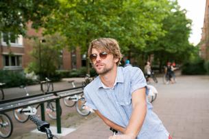 Sweden, Skane, Malmo, Portrait of man in sunglassesの写真素材 [FYI02211593]
