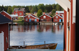 Houses beside water in High Coast, Swedenの写真素材 [FYI02211620]