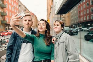 Teenagers take a selfie on a city street in Swedenの写真素材 [FYI02211624]