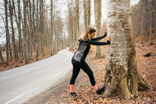 Young woman stretching in Sodermanland, Swedenの写真素材 [FYI02211639]