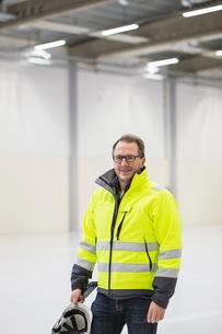 Sweden, Mature man wearing protective workwear in industrial hallの写真素材 [FYI02211654]
