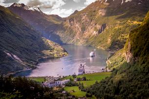 Cruise boats in Geiranger, Norwayの写真素材 [FYI02211657]
