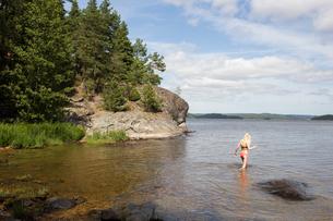 Girl wading in the sea in Mjorn, Swedenの写真素材 [FYI02211662]