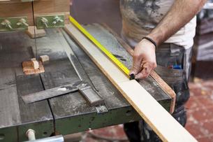 Carpenter measuring a length of wood in Swedenの写真素材 [FYI02211663]