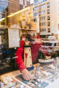 Man arranging display window of store in Swedenの写真素材 [FYI02211680]
