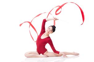 Female gymnast performing rhythmic gymnastics with ribbonの写真素材 [FYI02211684]