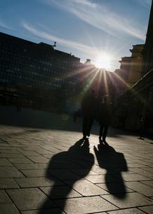 People walking on the streets of Helsinki, Finlandの写真素材 [FYI02211690]