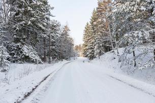 Snow covered road in Jarfalla, Swedenの写真素材 [FYI02211698]