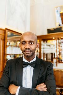 Waiter at bakery in Swedenの写真素材 [FYI02211700]
