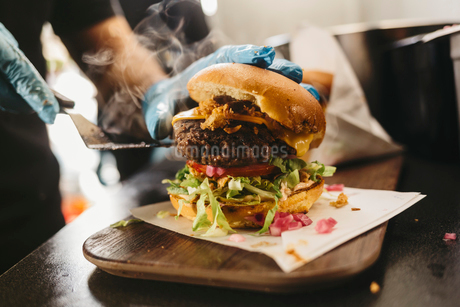 Ready-to-eat burger in food truckの写真素材 [FYI02211739]