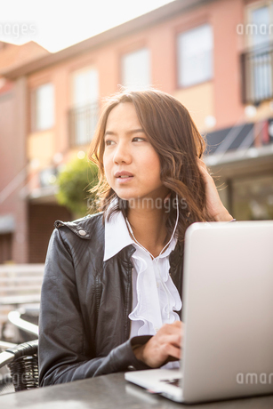 Young woman using her laptop in Solvesborg, Swedenの写真素材 [FYI02211766]