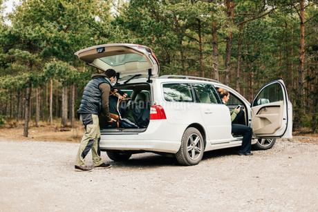Man loading bags in car in Sodermanland, Swedenの写真素材 [FYI02211775]