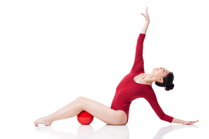 Female rhythmic gymnast performing with ballの写真素材 [FYI02211795]