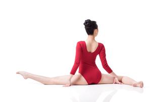 Female gymnast performing rhythmic gymnasticsの写真素材 [FYI02211807]