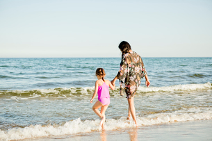 Mother and daughter on beach in Friseboda, Swedenの写真素材 [FYI02211815]