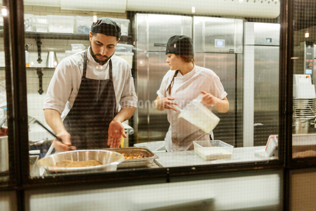 Chefs in kitchenの写真素材 [FYI02211836]