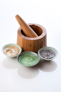 Facial care products with mortar-grinderの写真素材 [FYI02211846]