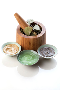 Facial care products with mortar-grinder and ginkgo leavesの写真素材 [FYI02211884]